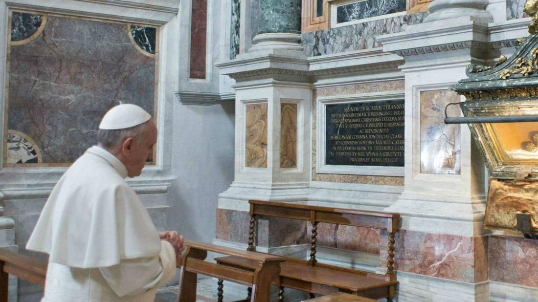 Reza ante la tumba de Pio V, iniciador real de la contrarreforma. ¿Una señal?