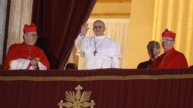 El Papa Francisco mirando a la plaza