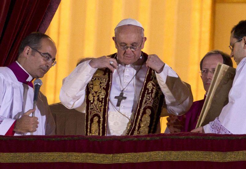 Se pone la estola para la bendición, no usa la muceta ni cambia la cruz pectoral