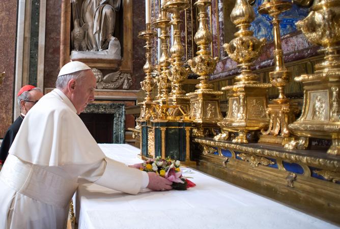 El Papa dejando flores a la Virgen